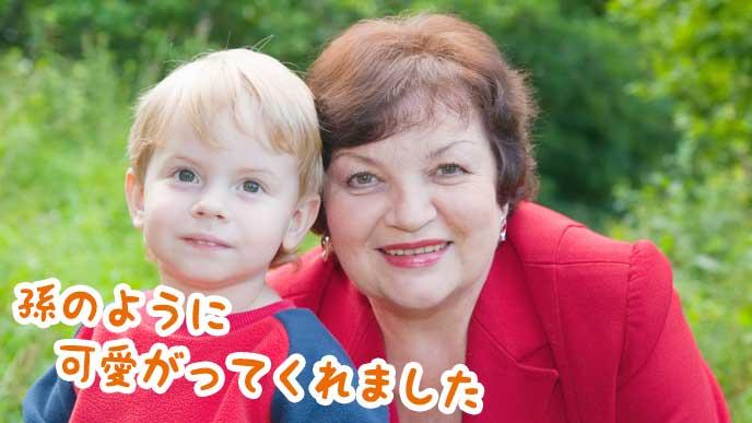 子供と一緒に微笑むファミリーサポートの提供会員