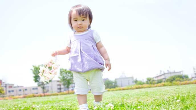 野原を歩く赤ちゃん