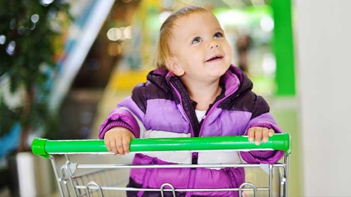 デパートのショッピングカートに乗る赤ちゃん