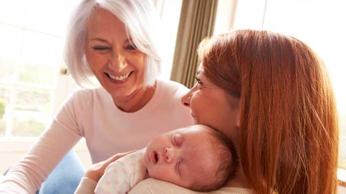 幸せそうに赤ちゃんの世話をするママとお婆ちゃん