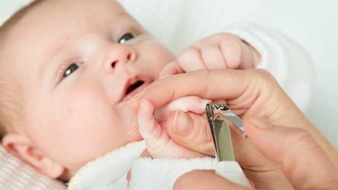 ママに手の爪切りをしてもらっている赤ちゃん