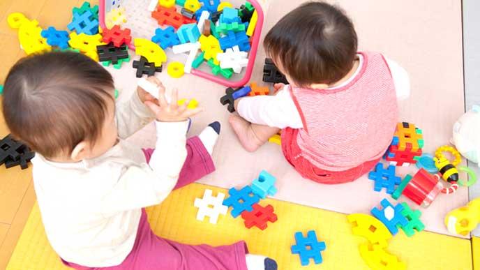慣らし保育で通っている保育園のオモチャで遊ぶ赤ちゃん達
