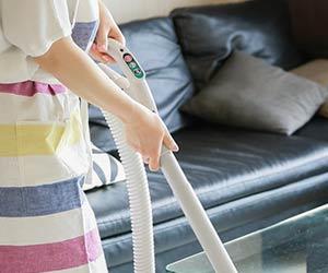 掃除機をかける家政婦