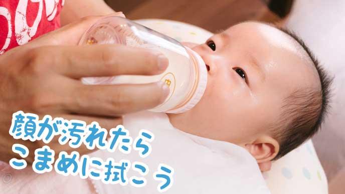 哺乳瓶からミルクを飲む赤ちゃん