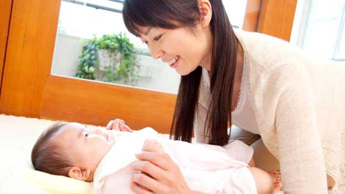 赤ちゃんの顔を見てニッコリ微笑むママ