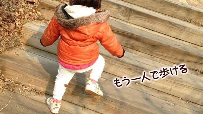 一人で階段を上がっていく2歳児