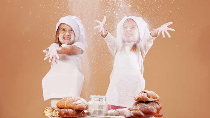 パン粉を撒き散らしてイタズラしている赤ちゃん