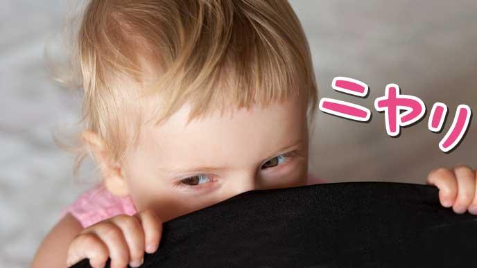ニヤリと笑う赤ちゃん