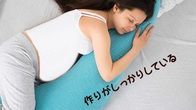 抱き枕で寝る妊婦