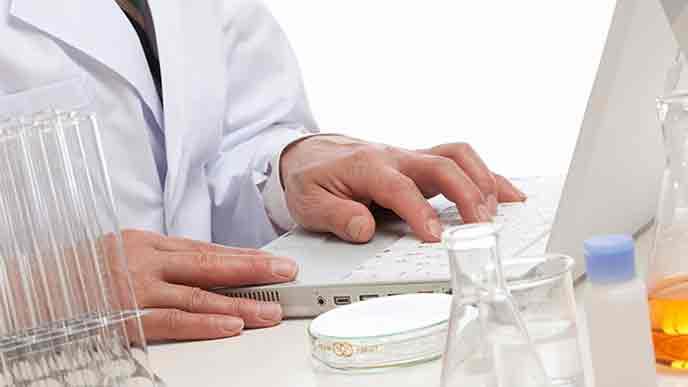 薬の分析をする医師
