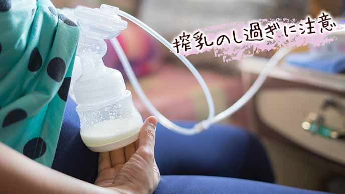 搾乳機で母乳を吸い取る女性