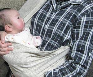 スリングで赤ちゃんを抱く