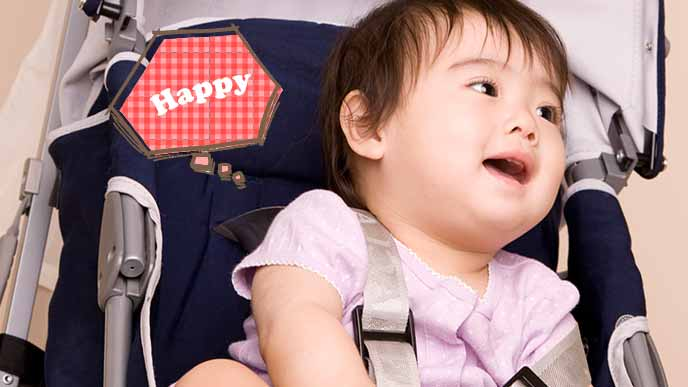 ベビーカーの上でご機嫌な赤ちゃん