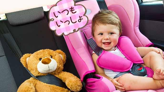 隣の席にぬいぐるみを座らせてご機嫌な赤ちゃん