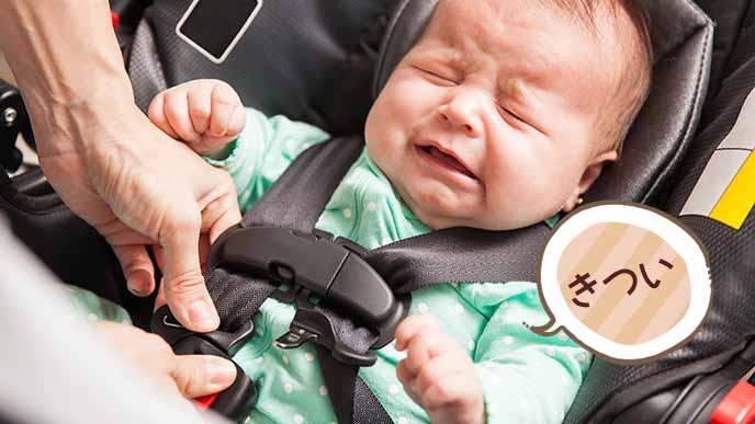 チャイルドシートに固定されてキツイと泣く赤ちゃん