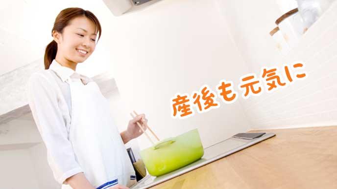 キッチンで料理を作る主婦