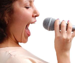カラオケで自然体で歌う女性