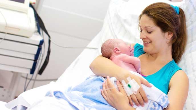 赤ちゃんを出産した女性