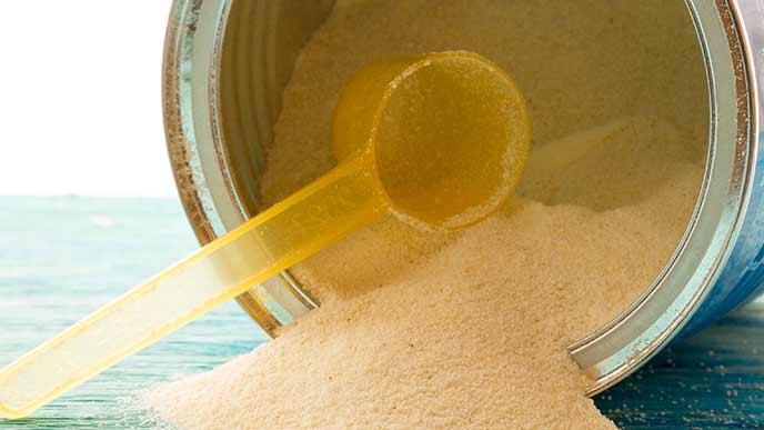ミルク缶からこぼれる粉ミルク