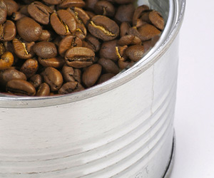 缶にコーヒー豆