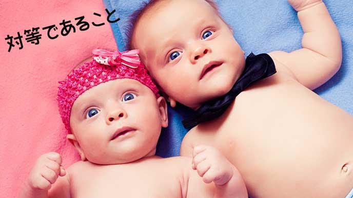 男女の双子の赤ちゃんが並んで寝ている