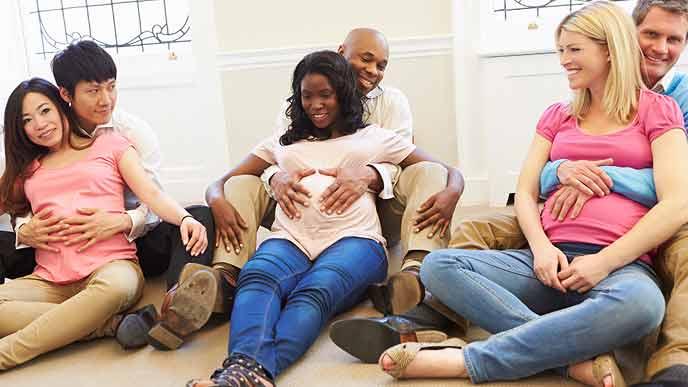 妊婦と夫のペアで講習を受ける