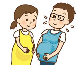 妊婦体験のベストを着用する夫