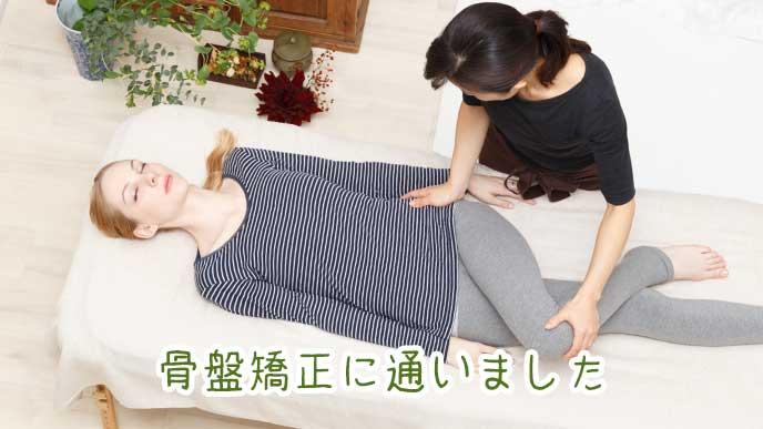 整形外科医に骨盤を矯正してもらっている女性