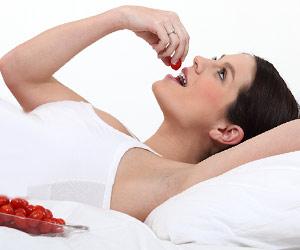 果実を食べる妊婦