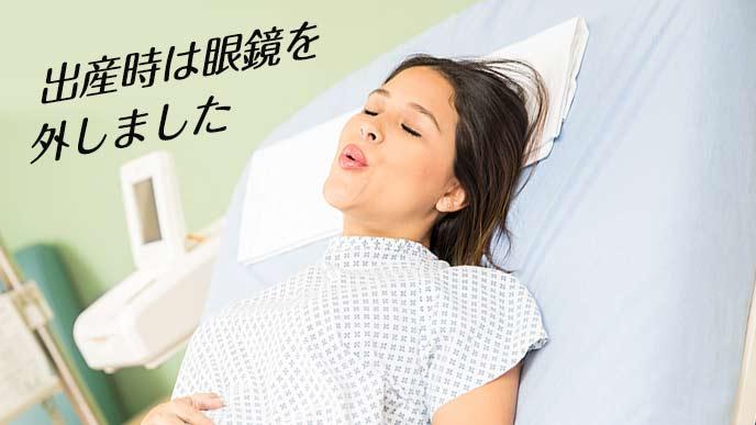 裸眼の状態で深呼吸する妊婦