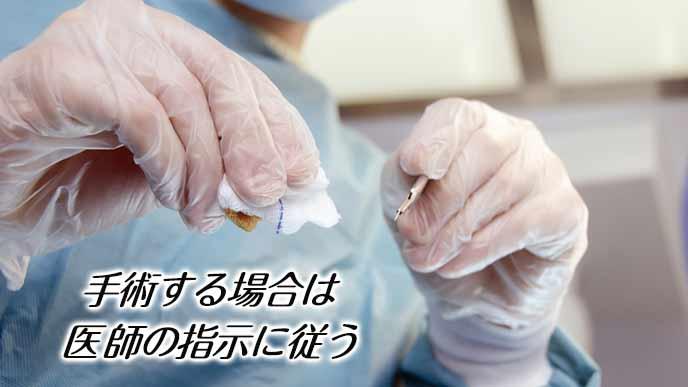 手術服でメスを持つ医師