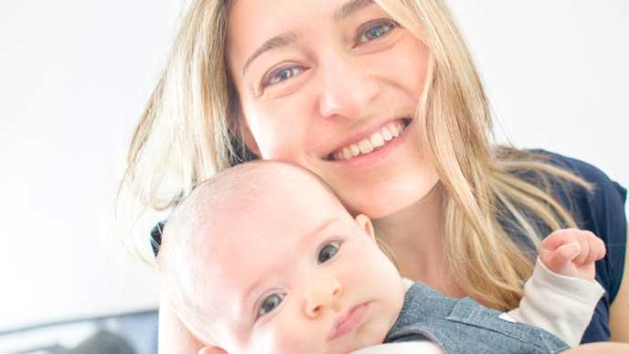 赤ちゃんと一緒に微笑むママ
