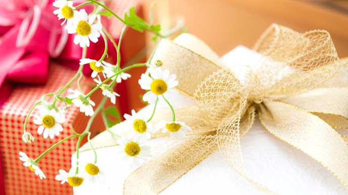 花が添えられたプレゼントボックス