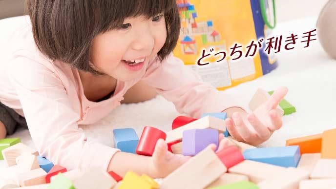 4歳児が積み木で遊ぶ