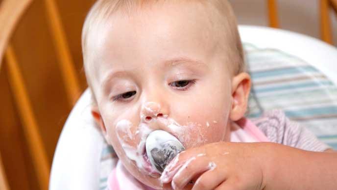 アイスクリームで口の周りが汚れた赤ちゃん
