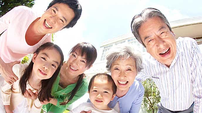 庭で赤ちゃんを中心に微笑む家族