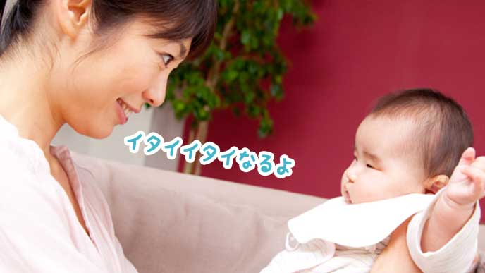 赤ちゃんのしつけをする母親