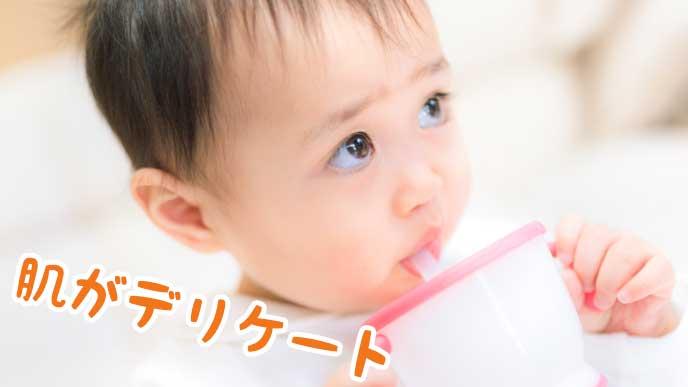 カップに入ったジュースを飲む赤ちゃん