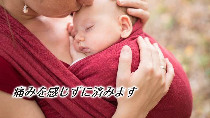 赤ちゃんを抱いて散歩する母親