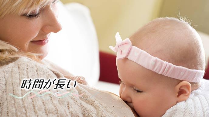 授乳中の母親が赤ちゃんを見守る