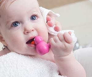 風呂上りに髪を拭いてもらう赤ちゃん