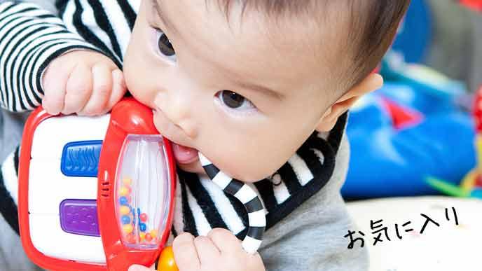 玩具に夢中な赤ちゃん