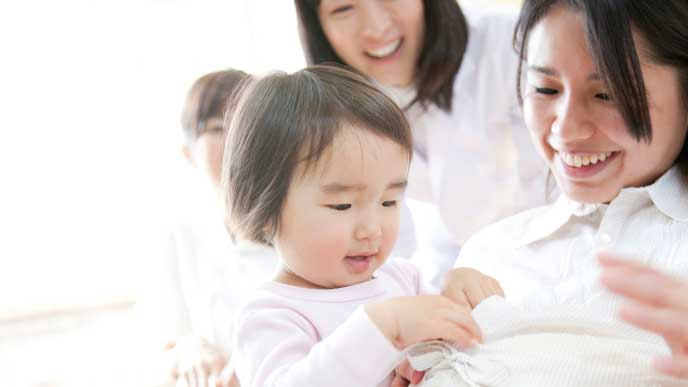 妊娠中の母親のお腹を触る女の子