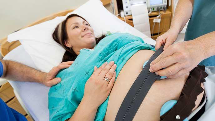 分娩台で胎児の心音を調べる