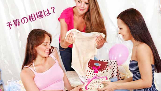 出産祝いを友達に贈る女性