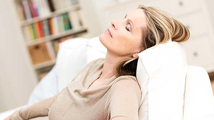 ゆっくり休息をとる女性