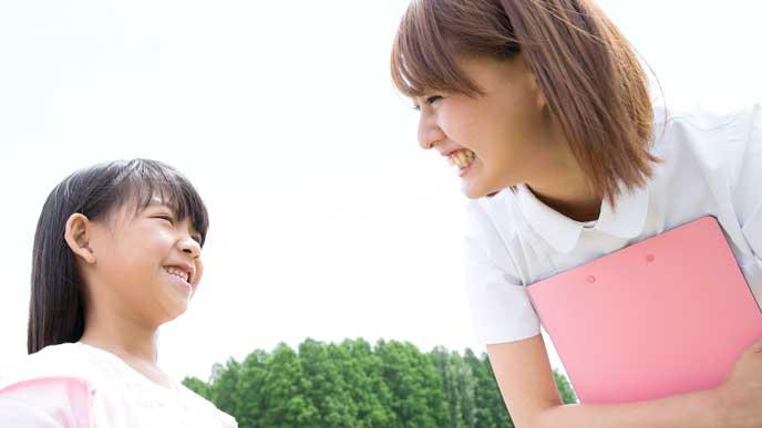 女の子に優しく微笑む看護師