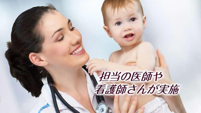 赤ちゃんを抱える女医