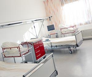 病室の空のベッド