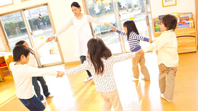 お遊戯の時間に踊る保育園の先生と園児